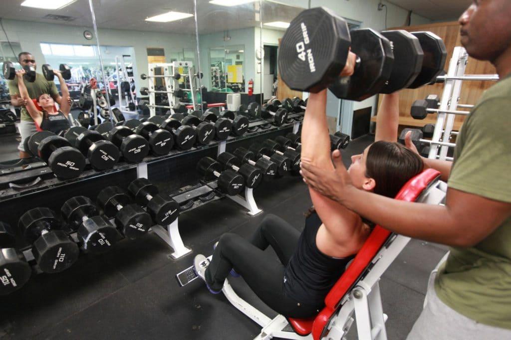Se faire aider pour faire le bon geste en musculation