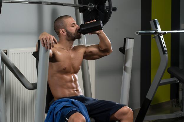 Bien boire pendant les phases de repos en musculation