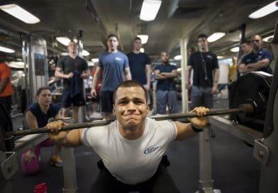 Un homme qui fait des squats