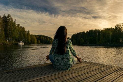 Une femme qui se relaxe au bord de l'eau