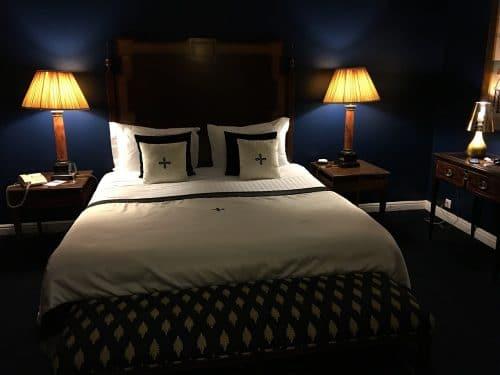 Un lit dans une chambre pas trop lumineuse pour bien dormir