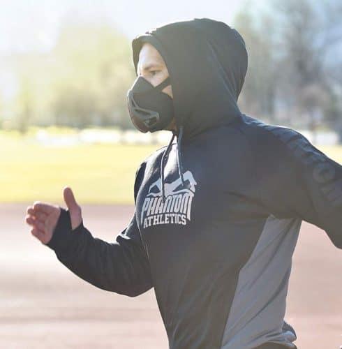 Un coureur avec un masque d'entrainement pour améliorer ses performances