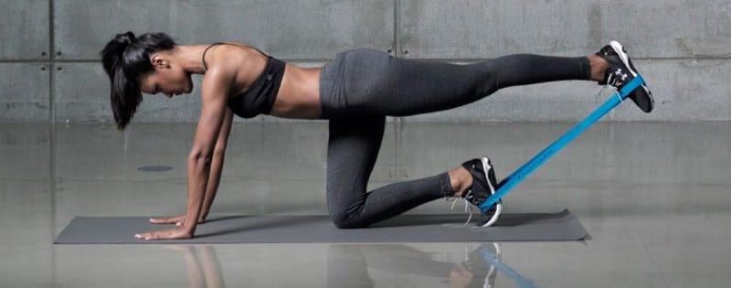 Une sportive avec un elastique de musculation