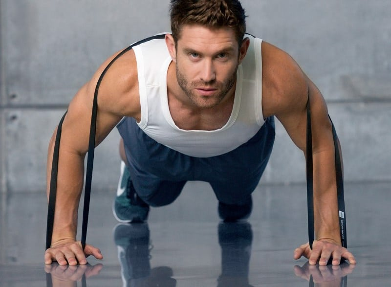 L'élastique permet de rendre l'exercice plus difficile quand on remonte