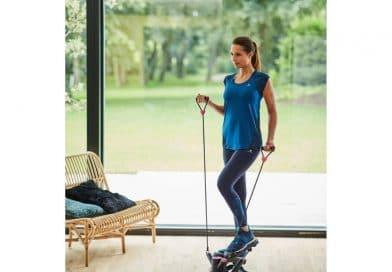 Une femme pratiquant du sport sur un mini-stepper