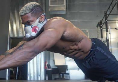 Un sportif avec un rouleau équipé d'un masque d'entrainement