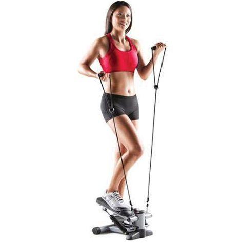 Une femme réalisant du mini stepper avec des élastiques