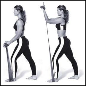 Femme qui travaille ses biceps avec un élastique