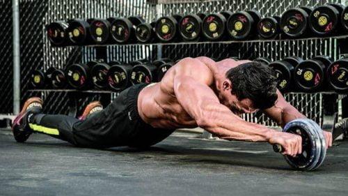 Un sportif utilisant la roue abdominale pour travailler les abdos !