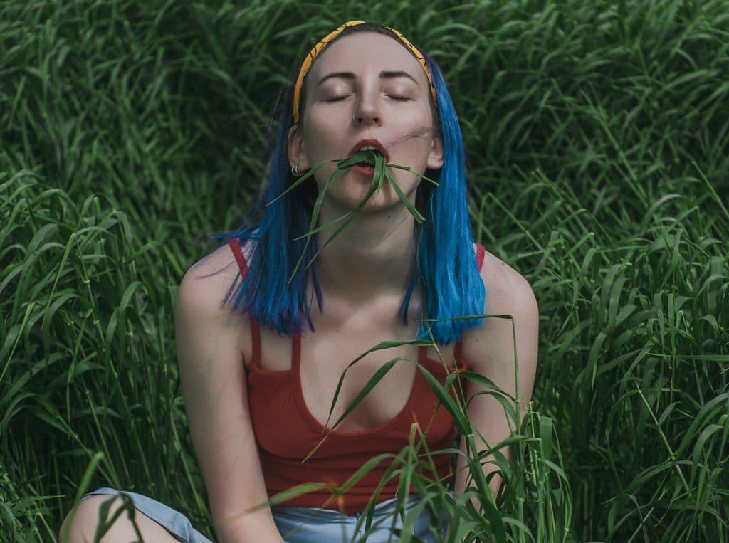 Elice Moore qui mange de l'herbe