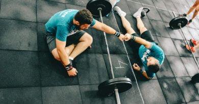 Deux hommes se félicitent après une session de CrossFit