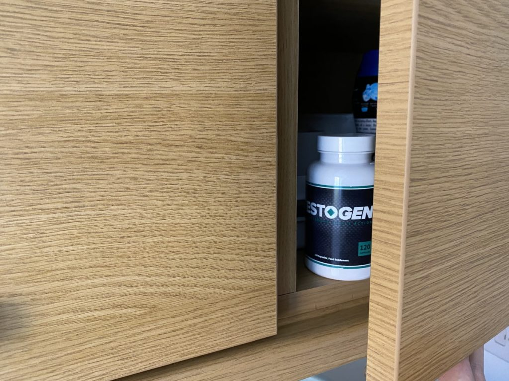 Une boite Testogen dans un placard
